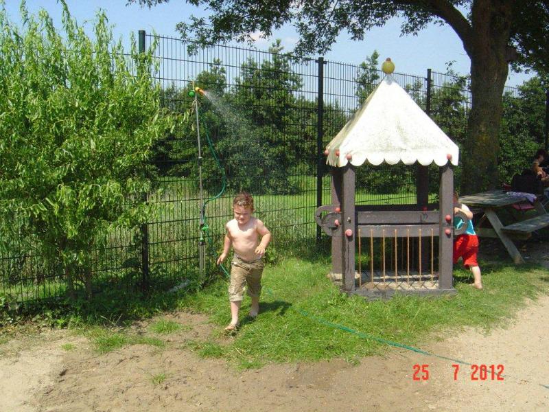 07-25-12-de-nieuwe-sproeier-in-de-speeltuin-3