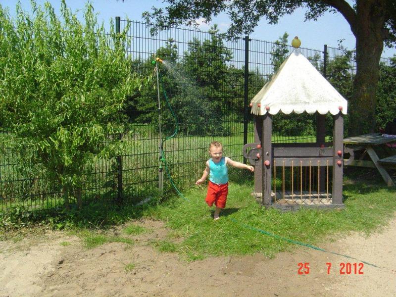 07-25-12-de-nieuwe-sproeier-in-de-speeltuin-4